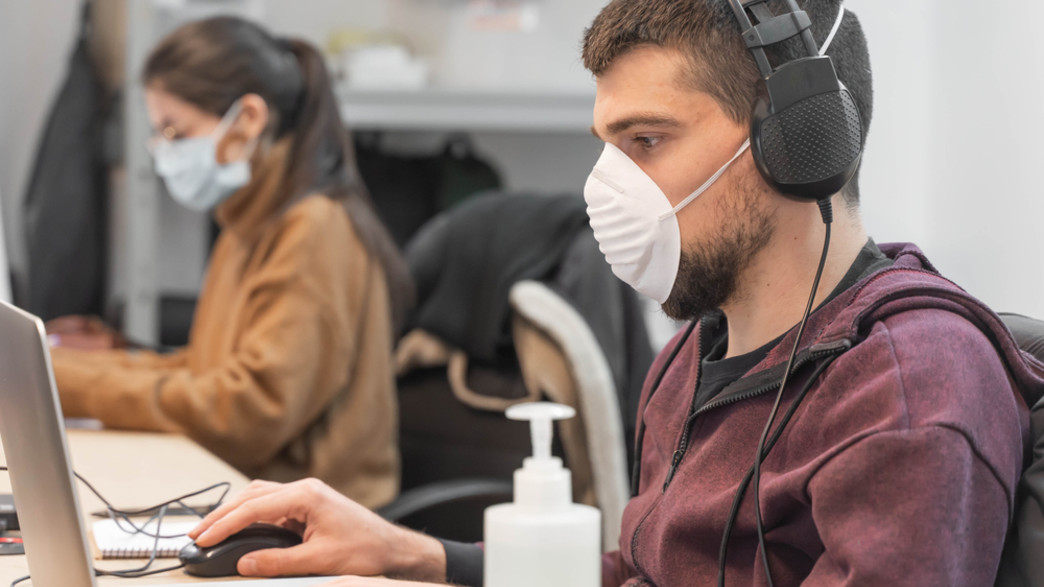עובדים עם מסכות (צילום:  Deliris, shutterstock)