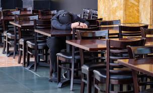 ישן במסעדה (צילום: Heng Lim | shutterstock)