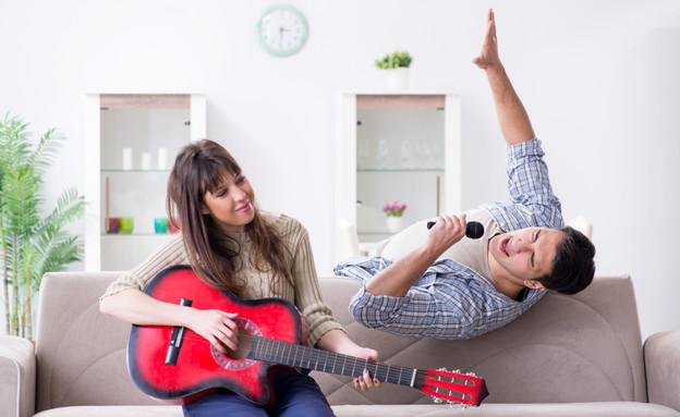 שרים בבית  (צילום: shutterstock| Elnur)