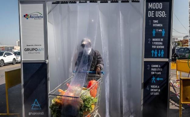 אדם לבוש בחליפת הגנה בצ'ילה (צילום: CNN)