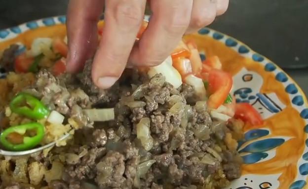 קוסקוס לחם עם בשר טחון וסלט של סוליקה (צילום: