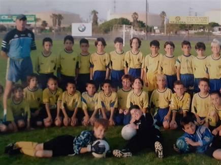דקל עומד בתמונה קבוצתית (תמונה באדיבות מכבי תל אביב, האתר הרשמי)