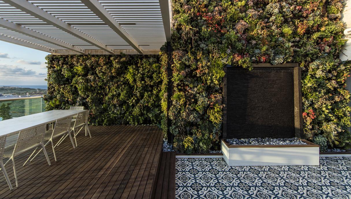 מרפסת סלון עצוב פנינית שרת אזולאי תכנון נוף כרכום עיצוב נוף שי דוד