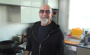 """ישראל אהרוני מבשל עוף עם גזר וטאבולה (צילום: מתוך """"ישראל מבשלת ביחד"""", קשת 12)"""