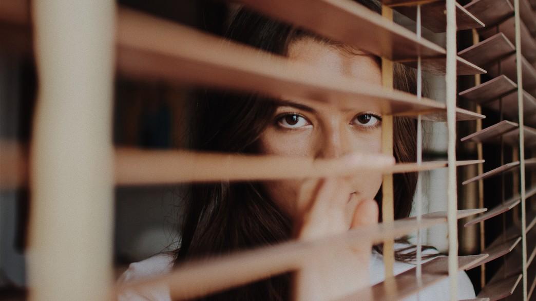 אישה עצובה (צילום: joshua-rawson-harris-unsplash)