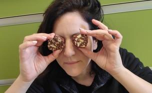 נועה מכינה נקניק שוקולד (צילום: פרטי)