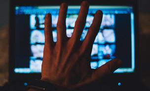 פורנו במחשב (צילום: Stenko Vlad, ShutterStock)