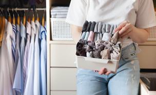 אישה ליד ארון בגדים (צילום:  Kostikova Natalia, Shutterstock)