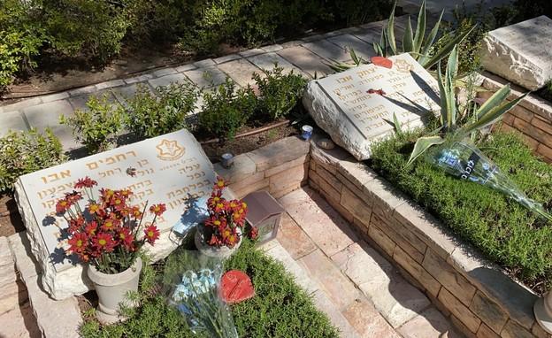 קבריהם של אחיה ודודה של חנה, שהגיעה להר הרצל ביום הזיכרון