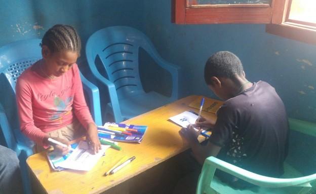 הילדים כותבים את המכתבים