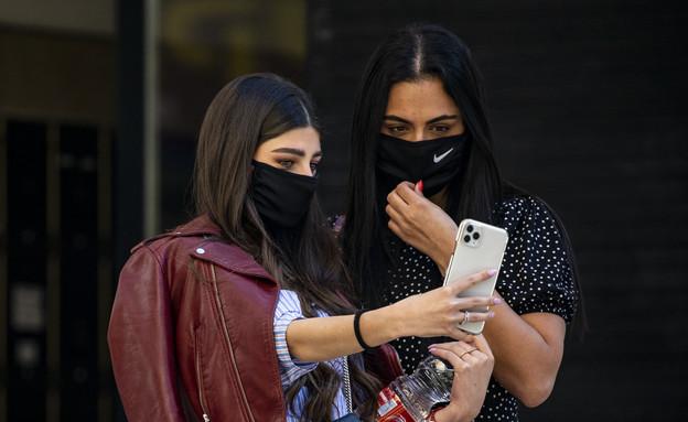צעירות עם מסכות להגנה מקורונה בירושלים (צילום: פיטוסי , פלאש 90)