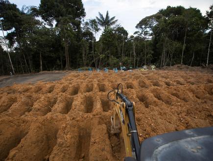 קברים המוניים נחפרים בברזיל (צילום: רויטרס)