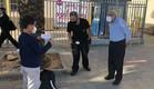 ילד מראה הצהרת בריאות בדרך לבית ספר (צילום: עיריית חולון)