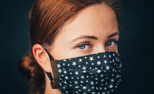 אישה חובשת מסכת בד (צילום:  kovop58, Shutterstock)
