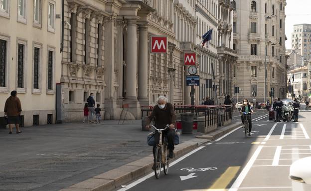 רוכבי אופניים במילאנו (צילום: Pietro D'Aprano, getty images)