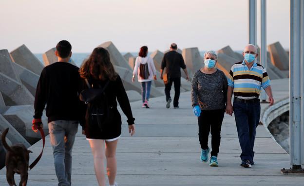 קורונה ישראל מסכות מבוגרים ישראלים (צילום: רויטרס)