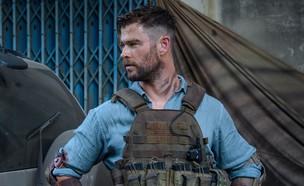 """כריס המסוורת' ב""""חילוץ"""" (צילום: Netflix, TriStar Pictures)"""