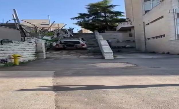 ג'יפ על מדרגות