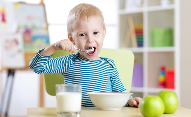 ילד אוכל (צילום:  Oksana Kuzmina, shutterstock)
