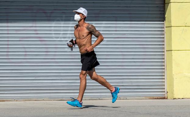 אדם רץ עם מסיכה בלוס אנג'לס (אילוסטרציה: John Dvorak, shutterstock)