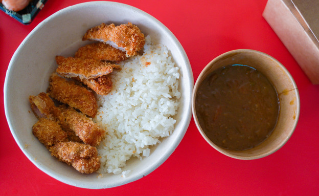 קאטצוקארה. גרסה נוספת לשניצל, הפעם עם אורז וקארי  (צילום: צילום ביתי, אוכל טוב)
