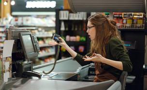 קופאית כועסת בסופרמרקט (אילוסטרציה: Shift Drive, shutterstock)