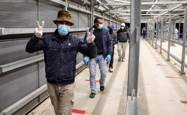 פועלים פלסטיניים נכנסים לישראל דרך מחסום מיתר ליד חברון, 5.5.20 (צילום: וויסאם השלמון, פלאש 90)