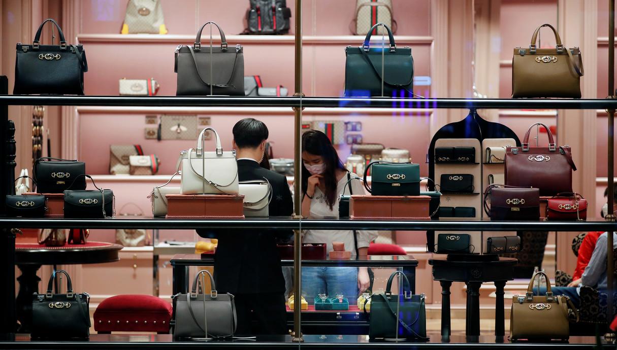 אישה קונה בחנות יוקרה בסיאול, דרום קוריאה