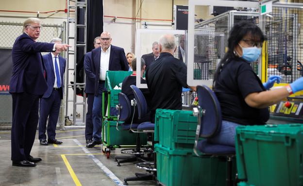 דונלד טראמפ בסיור במפעל לייצור מסכות (צילום: reuters)
