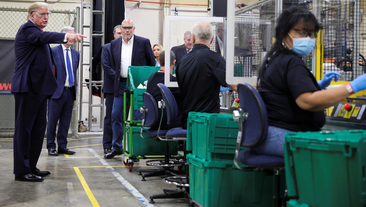 דונלד טראמפ בסיור במפעל לייצור מסכות