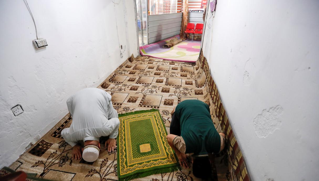 מתפללים ברמאדן בחנות, לאור סגירת המסגדים בעירק