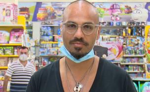 """החלים מקורונה וחזר לחנות הפיראט האדום (צילום: מתוך """"חדשות הבוקר"""" , קשת 12)"""
