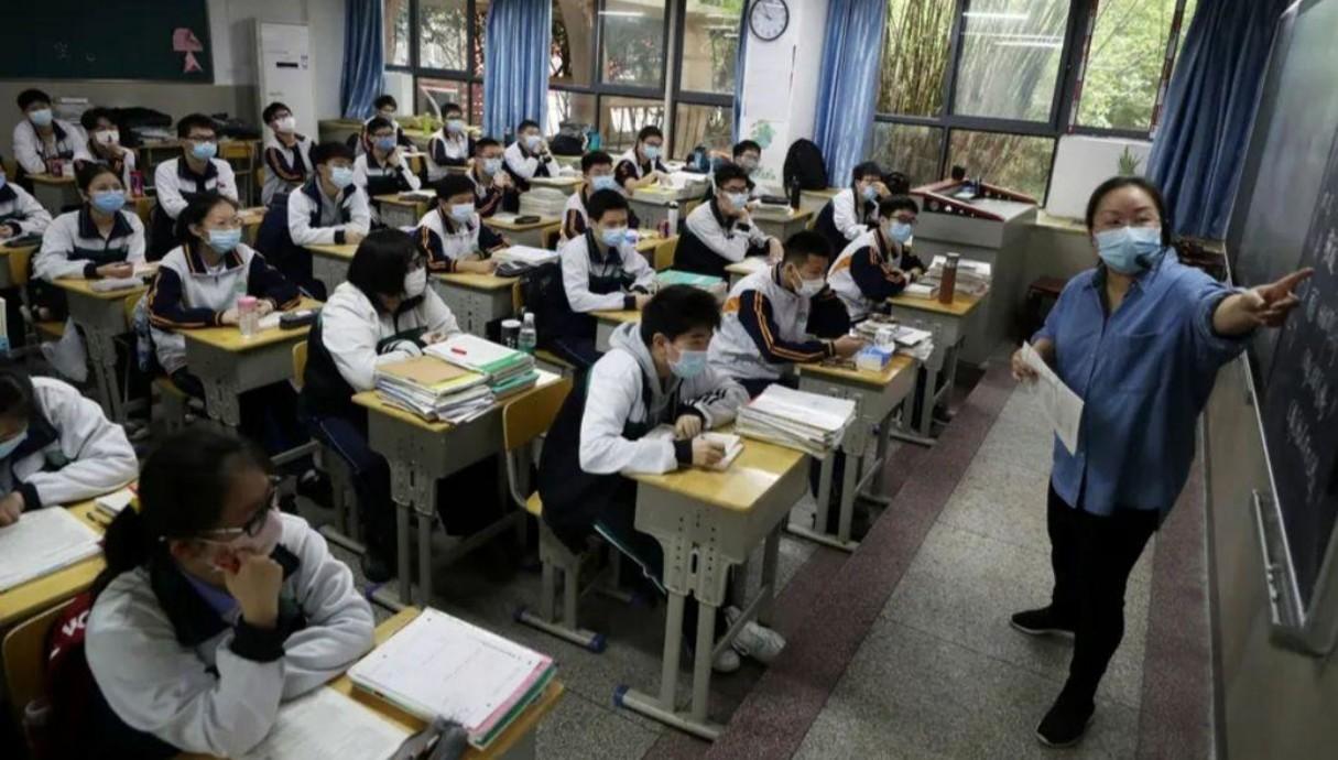 תלמידים חוזרים לבתי הספר בווהאן סין