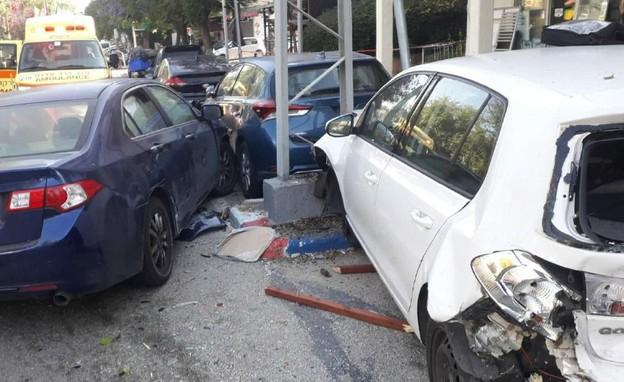 זירת תאונת הדרכים בגבעתיים (צילום: דוברות איחוד הצלה )