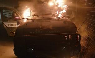 """רכב מג""""ב שעלה באש ליד אבו דיס (צילום: דוברות המשטרה)"""