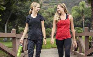 הליכה כושר שתי בחורות הולכות (צילום:  Brocreative, shutterstock)