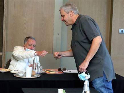 לנציאנו ושמעון מזרחי בישיבה (צילום: אלן שיבר)