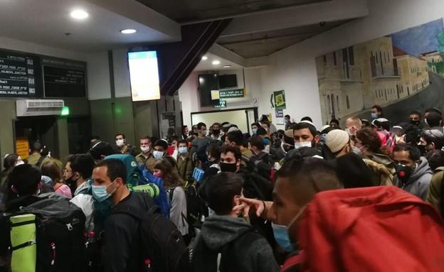 עומסים בתחנה המרכזית בירושלים (צילום: N12)
