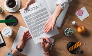 חתימה על הסכם עבודה (צילום: By LightField Studios, shutterstock)
