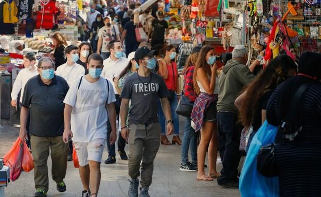 חוזרים לשגרה אחרי הקורונה - שוק הכרמל בסוף השבוע (צילום: JACK GUEZ, AFP)