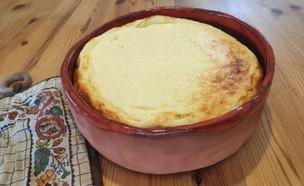 נועה מכינה פשטידת גבינה מתוקה (צילום: צילום ביתי)