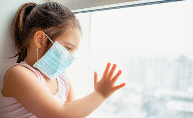 ילדה חובשת מסכה (צילום:  L Julia, shutterstock)