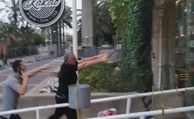 """הבעלים של בית הקפה ששבר את חלון הראווה (צילום: מתוך """"חדשות הבוקר"""" , קשת 12)"""