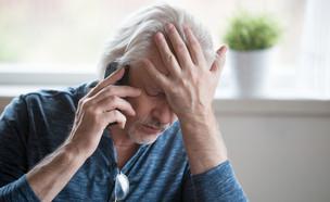 גבר מבוגר תופס את הראש בתסכול (אילוסטרציה: fizkes, shutterstock)