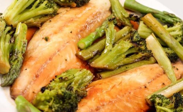 פילה דג עם ירקות ירוקים (צילום: הגר שפר)