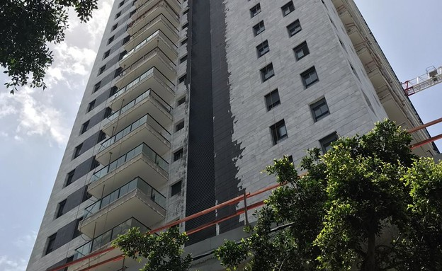 בניין של חברת שבירו בפתח תקווה שנשפכה עליו זפת