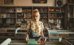 בחורה בחנות תקליטים (צילום: jamakassi, unsplash)