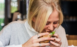 בחורה אוכלת (צילום: louis-hansel-shotsoflouis, unsplash)