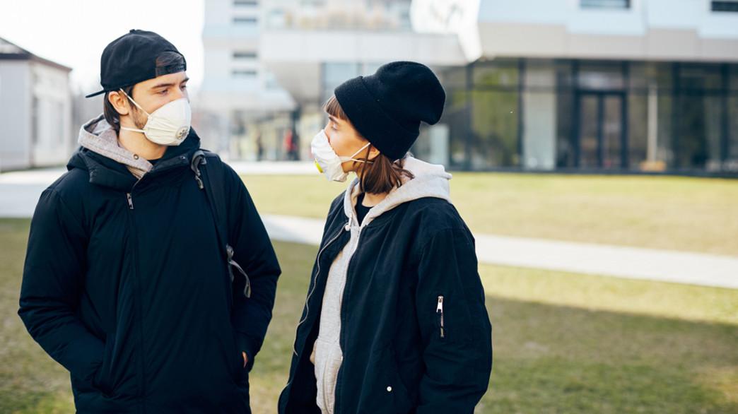 אנשים מדברים, חובשים מסכה (צילום: Veles Studio, shutterstock)