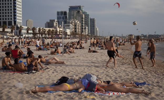 שרב כבד בתל אביב (עיבוד: AP)